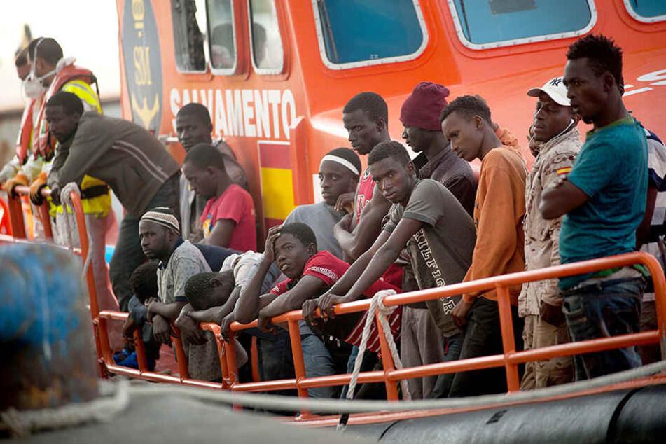 Afrikanische Migranten kommen auf einem Rettungsboot im Hafen von Malaga an.