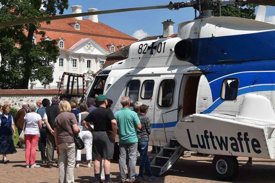 Gedränge vor Gästehaus der Bundesregierung in Meseberg