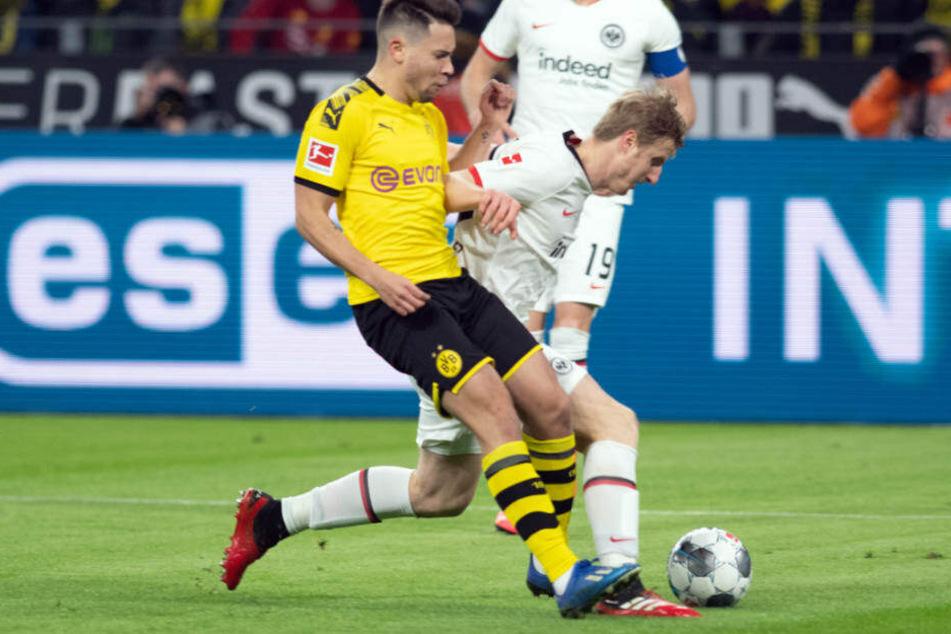 Dortmunds Raphael Guerreiro (l.) und Martin Hinteregger (r.) von Frankfurt kämpfen um den Ball. Die erste Halbzeit hatte nich nicht viel von einem klasse Spiel.