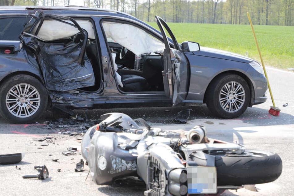Mit etwa 90 km/h knallte der Biker in den Mercedes. Der erst 20 Jahre alte Philip T. verstarb noch an der Unfallstelle.