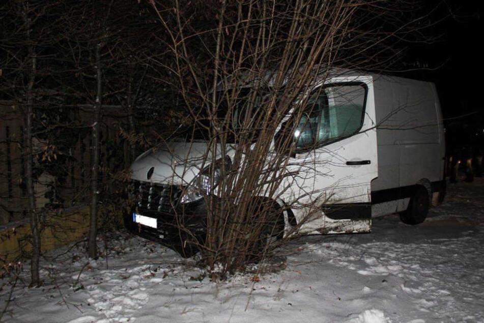 Der Mann verlor die Kontrolle und krachte in eine Grundstückseinfahrt.