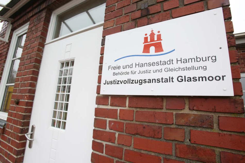 """Ein Schild mit der Aufschrift """"Justizvollzugsanstalt Glasmoor"""" hängt neben dem Eingang zum Gefängnis in Norderstedt bei Hamburg."""