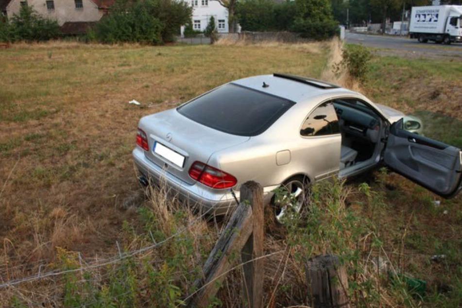 Auch der Mercedes schleuderte nach dem Crash auf die angrenzende Wiese.
