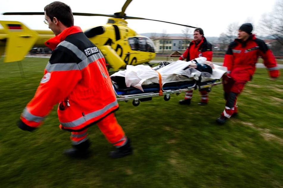 Ein Rettungshubschrauber brachte den lebensgefährlich verletzten ins Krankenhaus. (Symbolbild)
