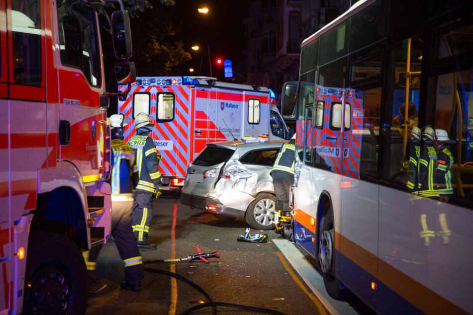Sowohl Bus als auch Auto waren nach dem Unfall erheblich beschädigt.