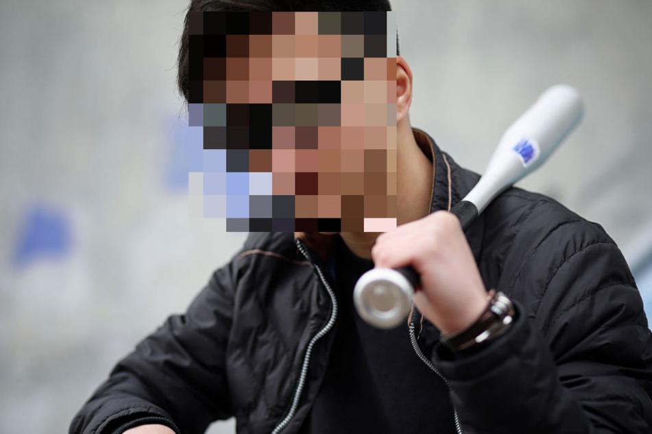 Der Lkw-Fahrer reagierte auf die Hilfe des Kollegen mit einem Mittelfinger und holte sogar einen Baseballschläger. (Symbolbild)