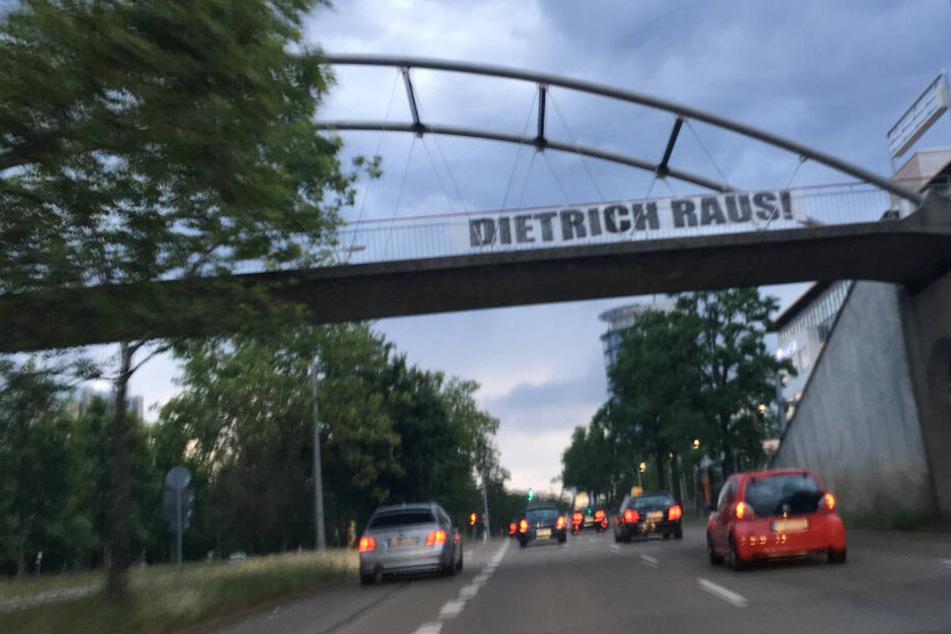 """""""Dietrich raus!"""": Hier bei der Einfahrt in Stuttgart-Degerloch."""