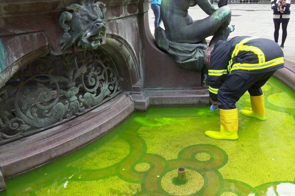 Der Umweltdienst nimmt Proben aus dem Rathausbrunnen.