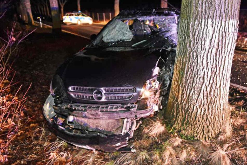 Der Opel wurde bei dem Aufprall stark beschädigt.