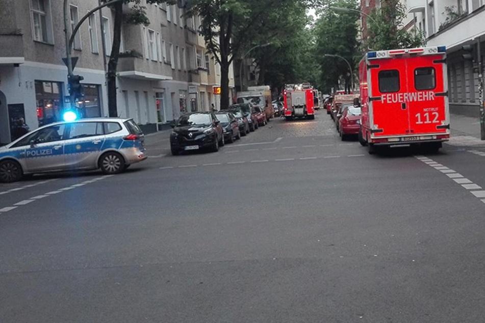 Einsatzfahrzeuge von Polizei und Feuerwehr stehen am Mittwoch Früh auf der Weserstraße.
