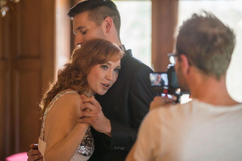 """Ein Kuss für die """"Erste große Liebe"""" - für die Knutschszenen suchte sich  Sängerin Nora Louisa den hübschen Johnny aus."""