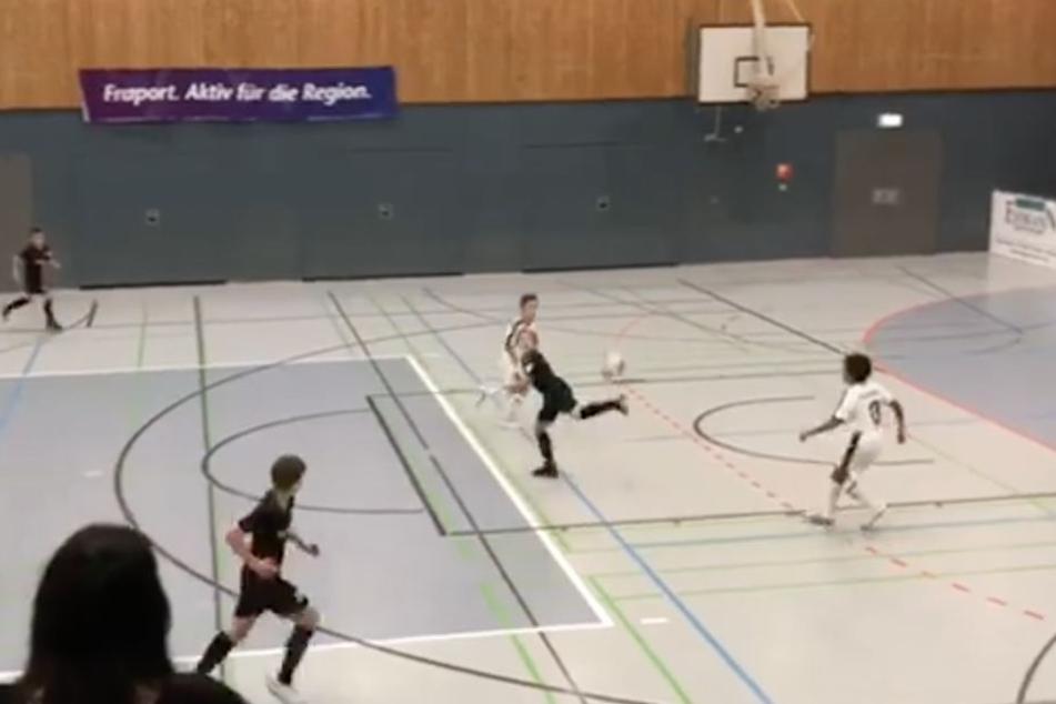 Eine Ballannahme, die wohl vielen Profi-Kickern schwer fallen würde, lässt Lennart wie ein Kinderspiel aussehen.
