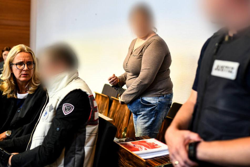 Die Mutter (MItte) des Jungen und ihr Lebensgefährte (links) vor Gericht.