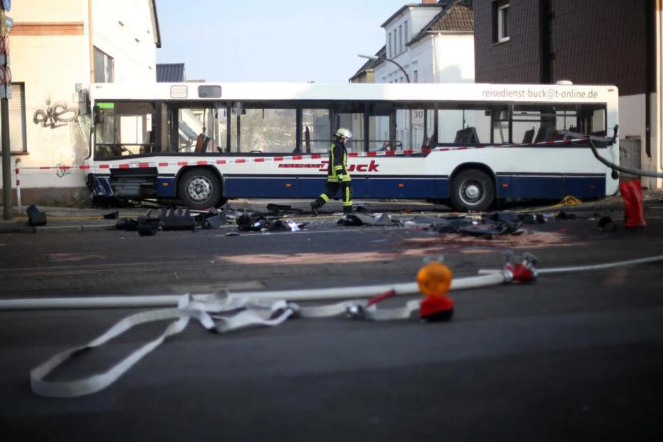 Schlimm! 19 Schüler verletzt - Schulbus kracht in Haus