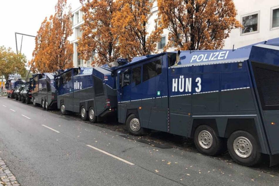 Zwei Wasserwerfer hatte die Polizei angekündigt, inzwischen wurden aber schon sechs gesichtet.