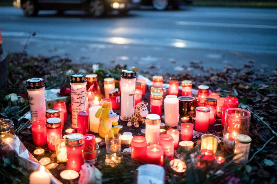 Kerzen und Blumen liegen an der Unfallstelle in München, an der ein 14-Jähriger starb.