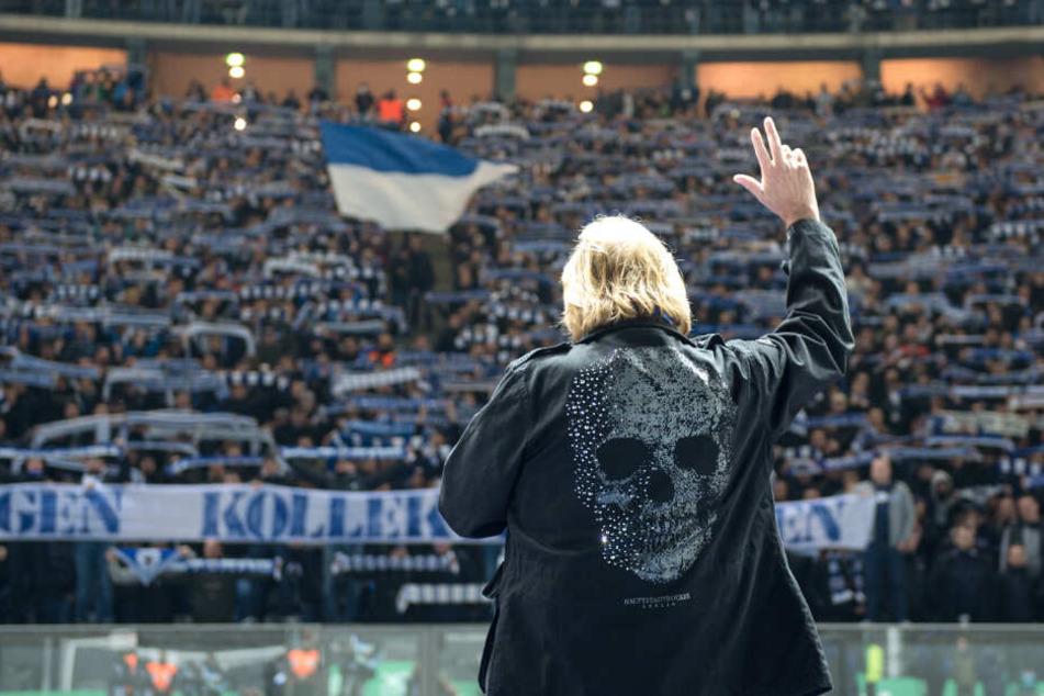 Vor dem Spiel steht Sänger Frank Zander vor der Ostkurve mit den Berliner Fans und singt die Hymne von Hertha BSC. (Archivbild)