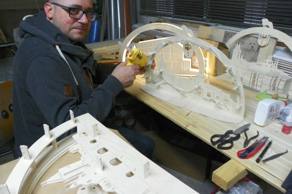 Stefan Beerhold arbeitet in seiner Manufaktur in Volkenroda.