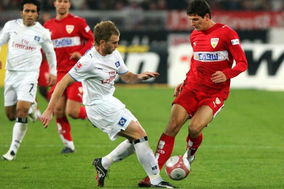 Klingbeil spielte für den HSV: Mario Gomez (r.) gegen René Klingbeil.
