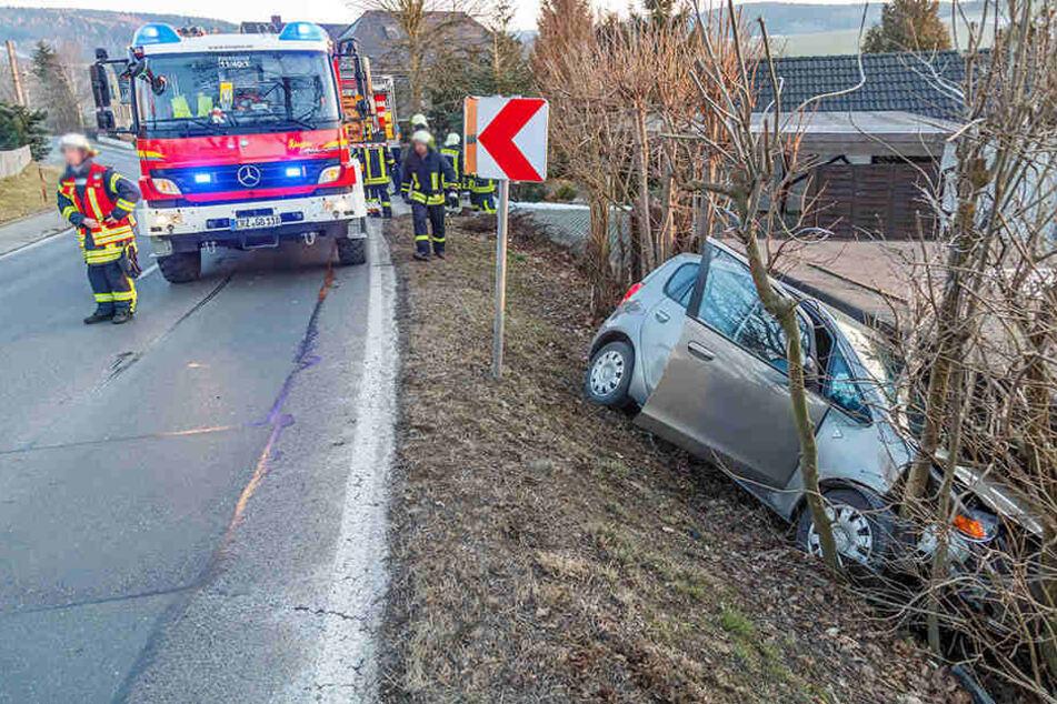 Auto rutscht Hang runter: Zwei Verletzte, darunter ein Kind