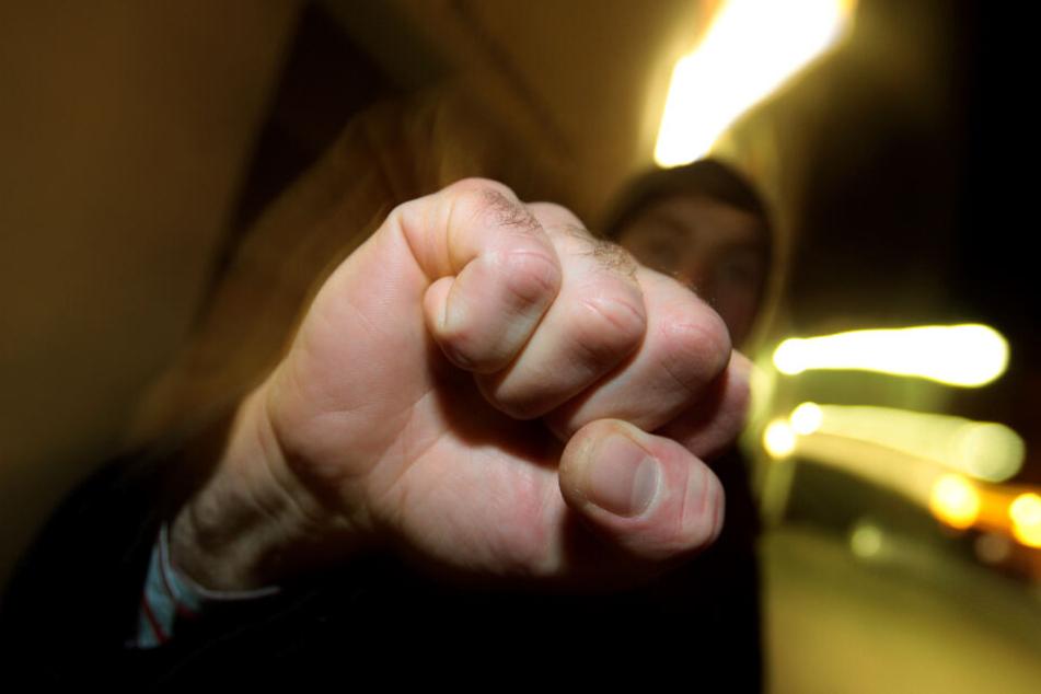 Die fünf Jugendlichen schlugen auf den 16-Jährigen an einem Münchner U-Bahnhof ein. (Symbolbild)