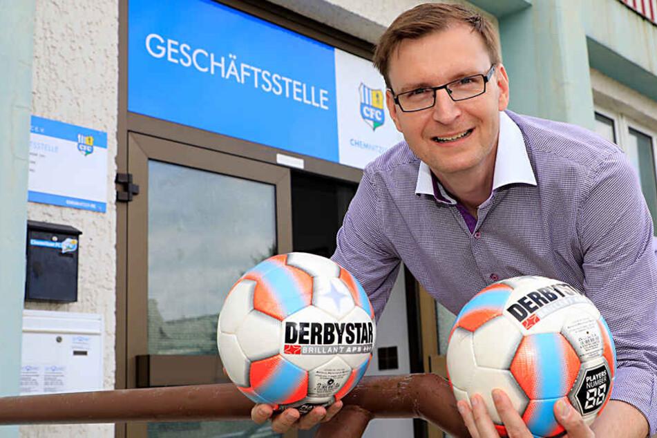CFC-Geschäftsführer Lars Schauer schickte ein Satz Derbystar-Bälle (hier in einer anderen Farbe) zum Üben nach München. Im DFB-Pokal kann der Gastgeber den Spielball bestimmen.