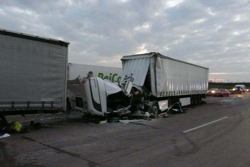 Der Unfallverursacher krachte mit seinem Lkw auf einen anderen Sattelschlepper.