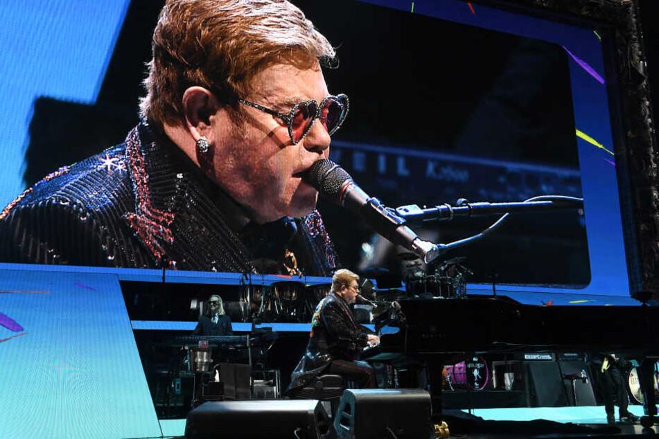 Sir Elton John sitzt bei seinem Zusatzkonzert an einem Flügel auf der Bühne in der ausverkaufen Olympiahalle.