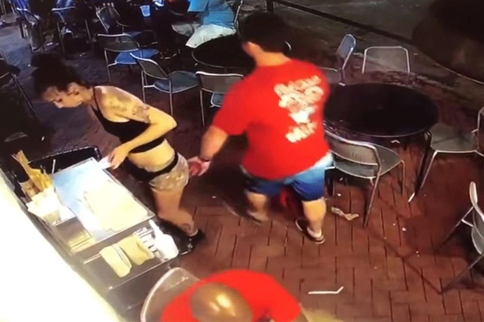 Videobeweis: Die Hand von Ryan C. (31) verirrt sich an den falschen Ort.