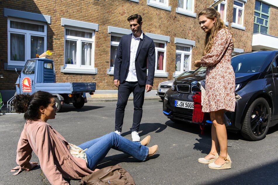 Als sich Malu (l.) mit Deniz vor der No.7 streitet, wird sie von Nathalies (r.) BMW angefahren.