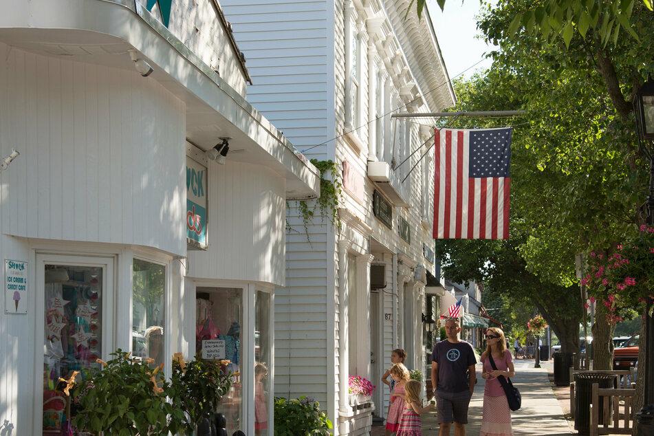 """Flanieren gehen in den Hamptons ist mehr ein """"Sehen und Gesehen werden"""", beklagen alteingesessene Bewohner."""