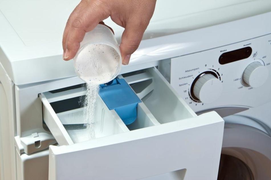 Viele vernachlässigen die Reinigung des Waschmittelfachs – das einlaufende Wasser nimmt also schon hier Schmutz mit in die Trommel.
