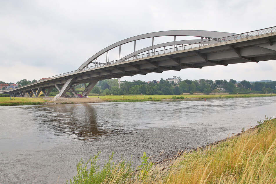 Von der Brücke stürzte der Unbekannte elf Meter in die Tiefe.