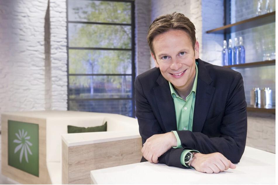 """Dr. med. Carsten Lekutat (50) moderiert die MDR-Sendung """"Hauptsache Gesund"""" - wenn er nicht gerade als Hausarzt Corona-Impfungen durchführt."""