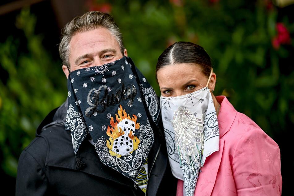 """Der Sänger Sasha und seine Frau erscheinen bei der Premiere der Show """"Paradiso""""""""auf dem Roten Teppich."""