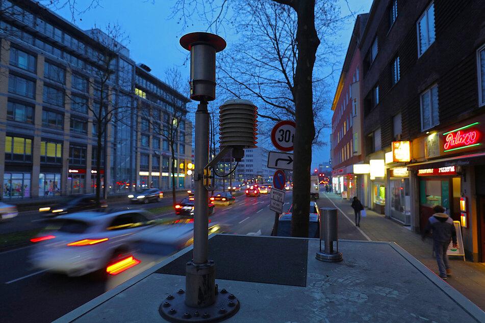Autos fahren an der Messstation Clevischer Ring des Landesumweltamtes vorbei (Archivbild).