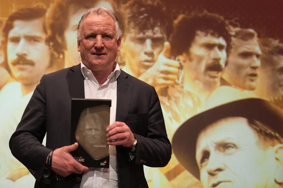 """Der beidfüßige Linksverteidiger wurde 2018 in die erste Elf der """"Hall of Fame des deutschen Fußballs"""" des Deutschen Fußballmuseums gewählt."""