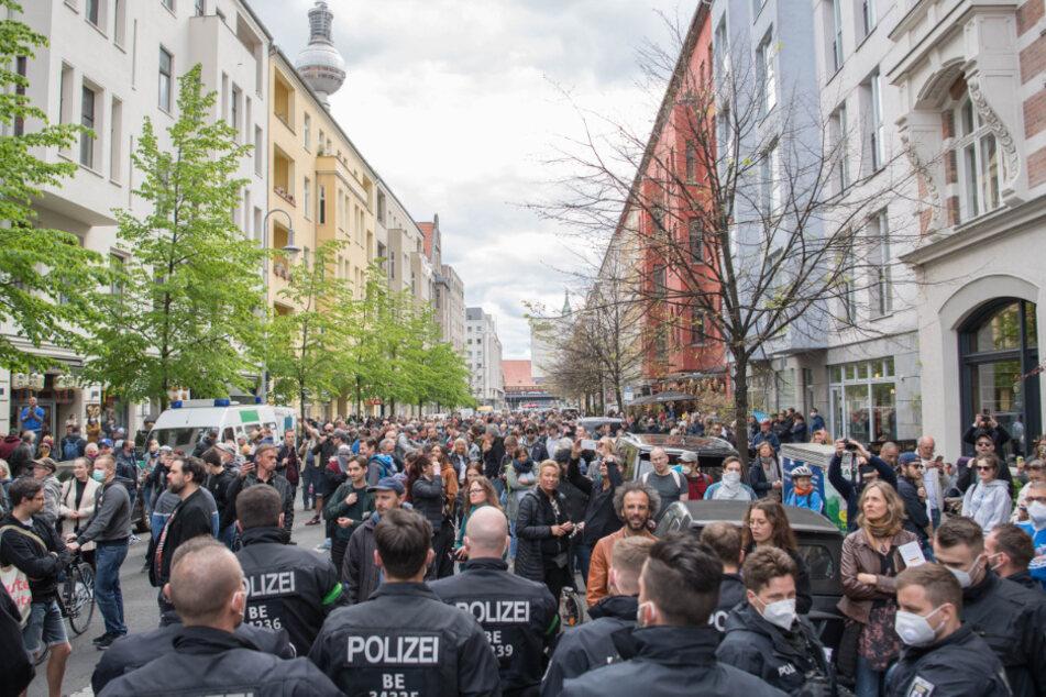 Trotz eines Demonstrationsverbots demonstrieren einige hundert Menschen in Anwesenheit von zahlreichen Polizisten auf der Rosa-Luxemburg-Straße gegen die die Corona-Einschränkungen.