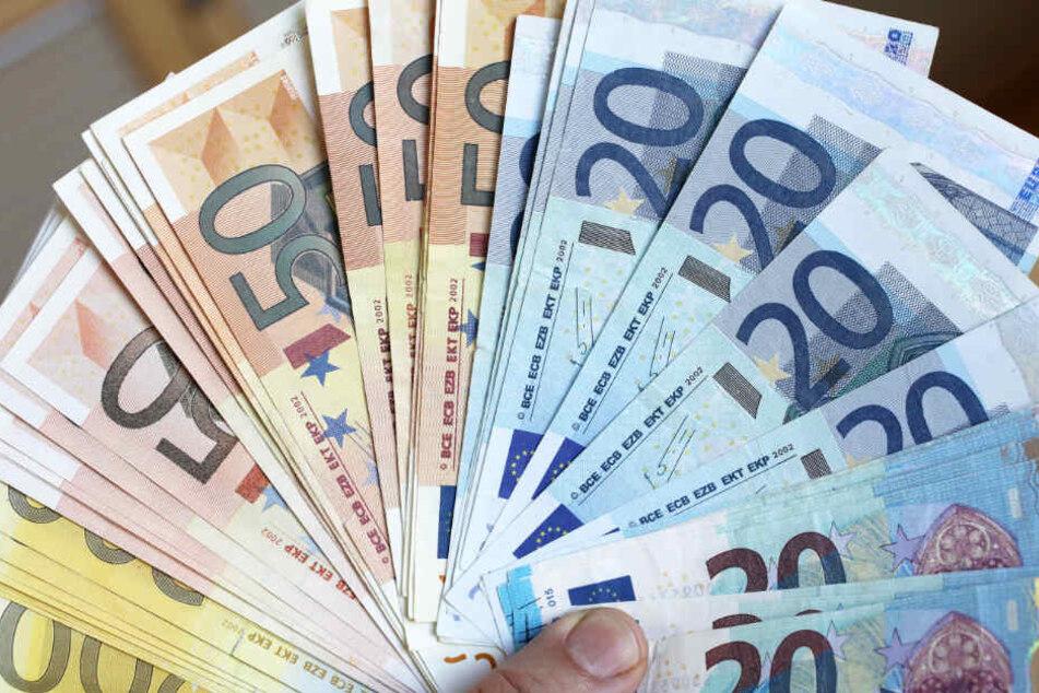 Bei der Festnahme hatte er 29 gefälschte Geldscheine bei sich. (Symbolbild)