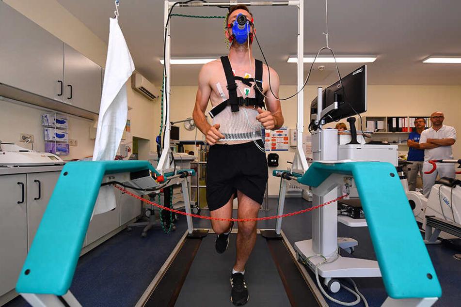 Sieht ein bisschen aus wie in einem Raumfahrtlabor, ist aber nur Florian Ballas auf dem Laufband. Heute darf er ohne Sauerstoffmaske trainieren.