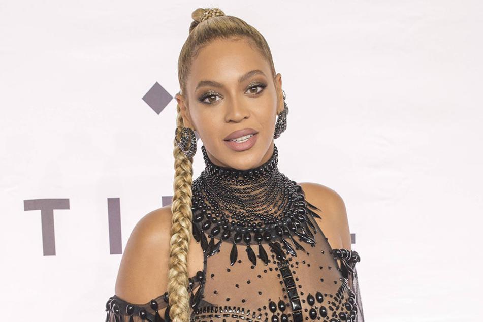 Beyoncé vor ihrem Auftritt:Da war der Ohrring noch dran.