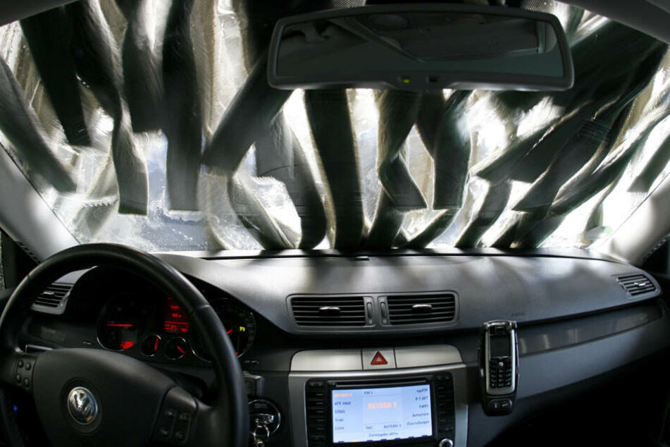 Aussteigen nicht mehr nötig: Blick durch die Windschutzscheibe eines Autos in einer Waschanlage. (Archivbild)