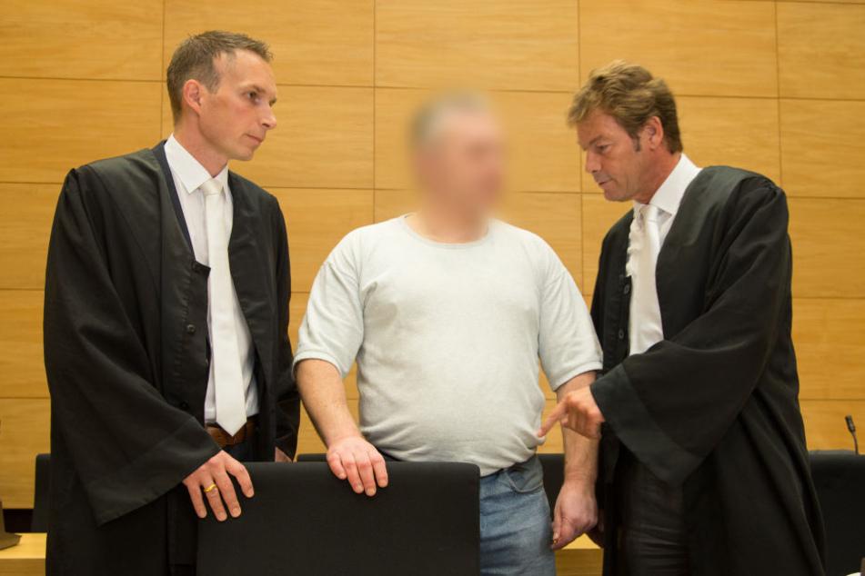 Die Verteidiger Timo Scharrmann (links) und Martin Rother (rechts) stehen am 1. September 2016 im Landgericht in Bielefeld (Nordrhein-Westfalen) neben dem Angeklagten Robert D..