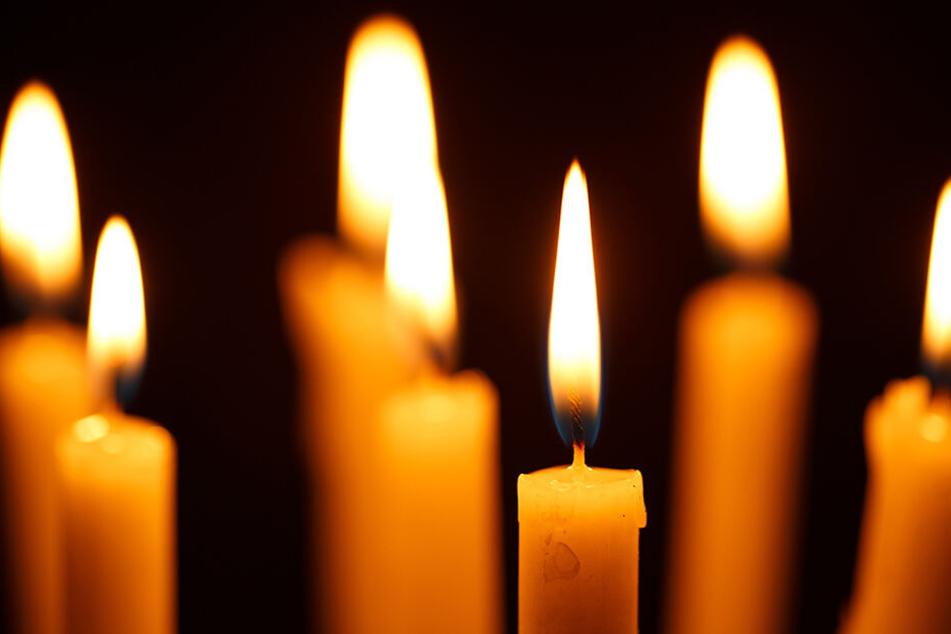 Neben der verstümmelten Leiche standen mehrere Kerzen. (Symbolbild)
