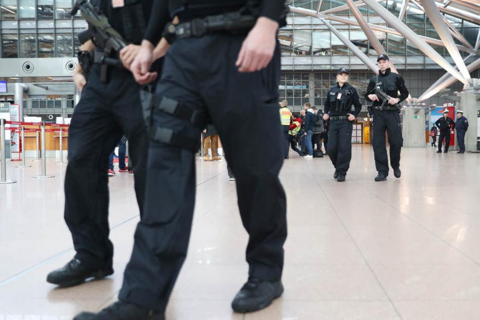 Die Bundespolizei schnappte den mann am Flughafen, doch ließ ihn später wieder frei. (Symbolbild).