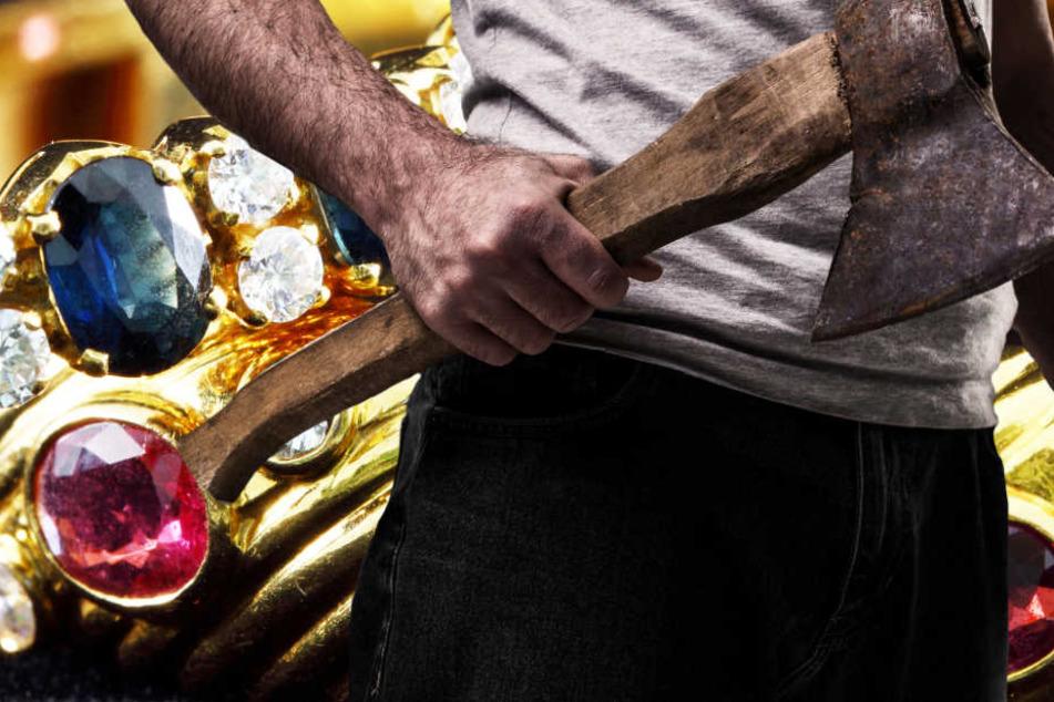 Die Kriminellen schlugen die Vitrinen mit Äxten ein und raubten Schmuck und Uhren (Symbolbild).