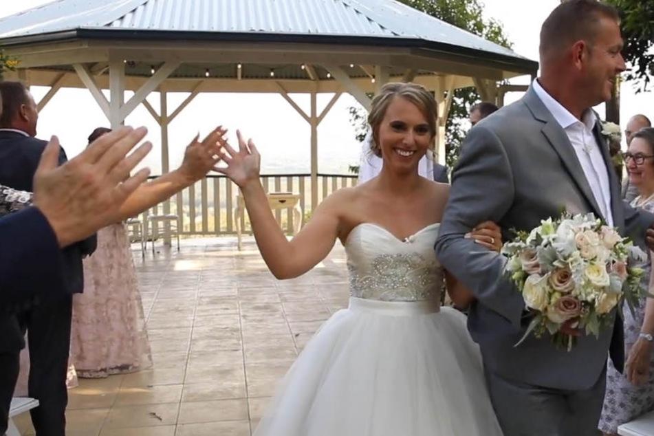 Stephanie klatscht nach der Trauung mit ihren Hochzeitsgäste ab.