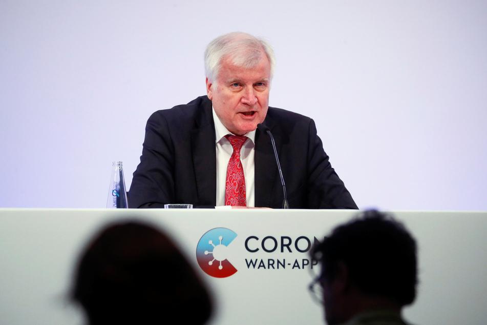 Horst Seehofer (CSU), Bundesminister des Innern, für Bau und Heimat, nimmt an der Präsentation der offiziellen Corona-Warn-App teil.