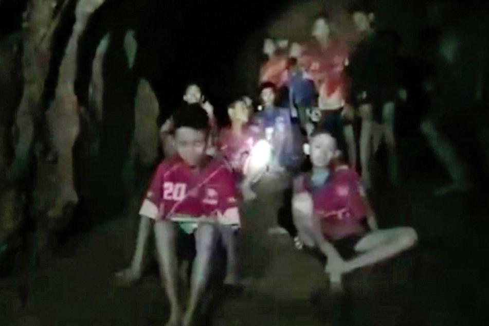 Nach neun Tagen! Thailändische Jungen und ihr Trainer in Höhle gefunden