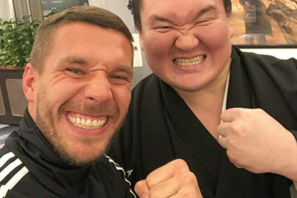 Lukas Podolski (33) mit seinem Freund und Sumo-Star Hakuho Sho (34).
